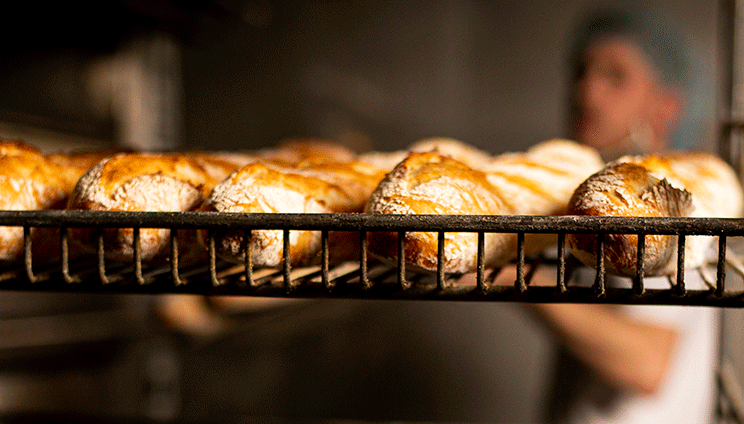 bakker met stokbrood