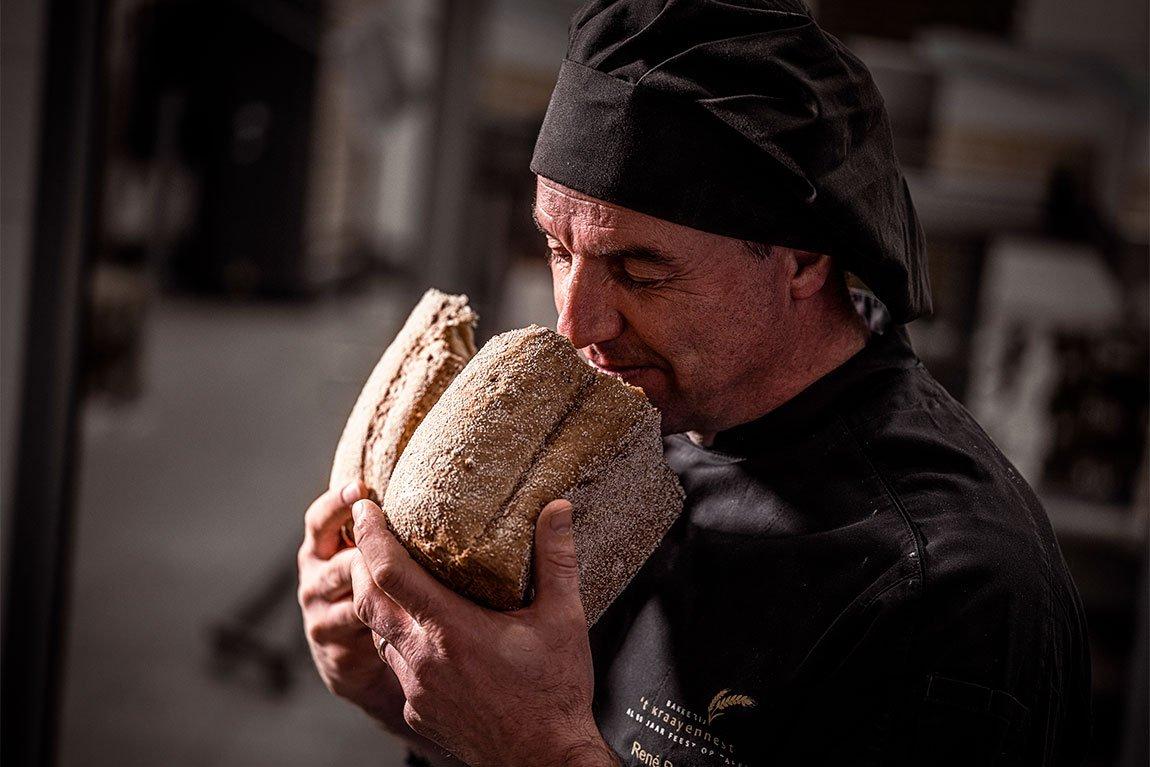 Verliefd stel eet brood